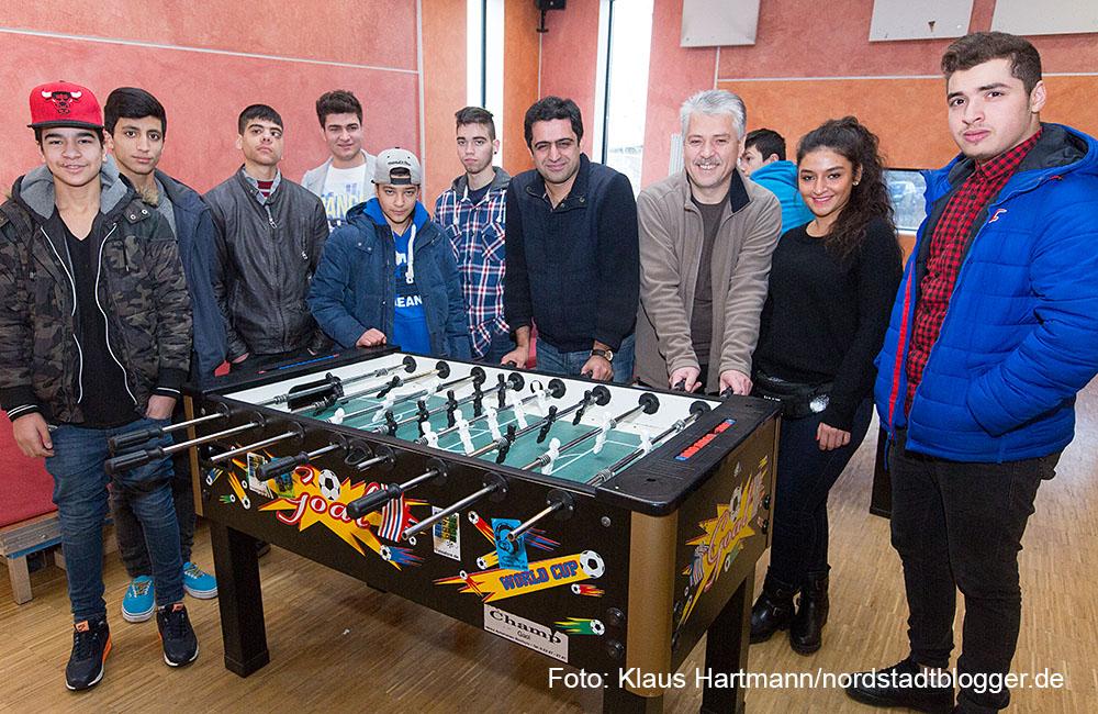 JuDo, neues Projekt des Planerladen e. V. für Jugendliche aus Bulgarien und Rumänien. Ali Sirin und Vedat Caliskan mit Jugendlichen im Treff