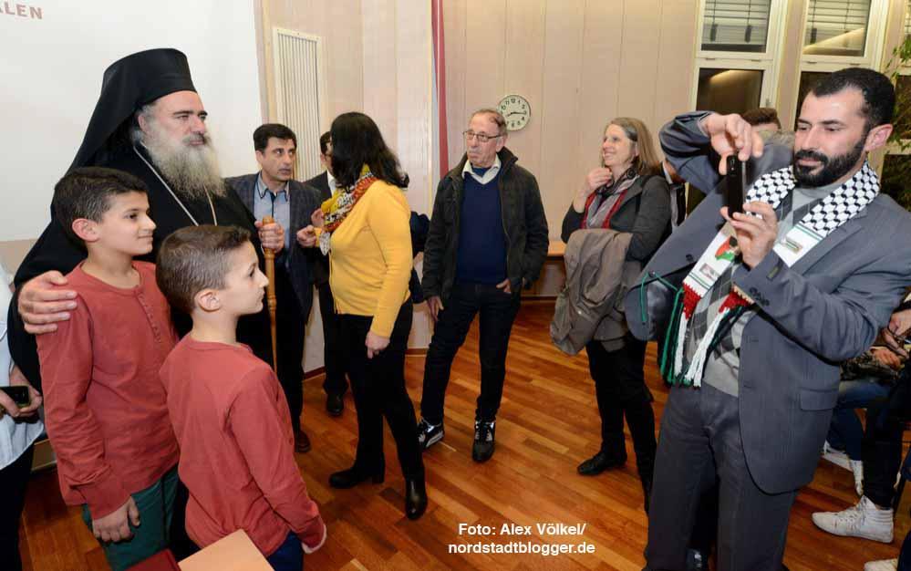 Schlangenstehen für Gruppenfotos: Vor allem die palästinensischen Christen fühlten sich durch den Besuch geehrt.