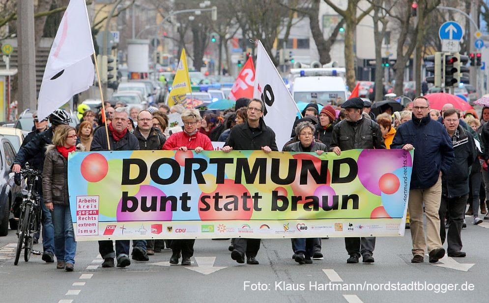 Der Arbeitskreis gegen Rechtsextremismus gedachte in seinem Marsch der Toten durch Rechte Gewalt. Symbolisch für die fünf Dortmunder Toten wurden fünf Särge getragen
