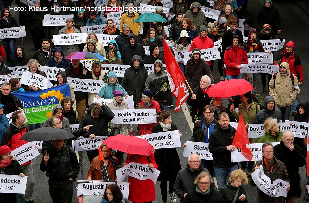 Der Arbeitskreis gegen Rechtsextremismus gedachte in seinem Marsch der Toten durch rechte Gewalt. Symbolisch für die fünf Dortmunder Toten wurden fünf Särge getragen. Namensschilder mit den Opfern rechter Gewalt in Deutschland