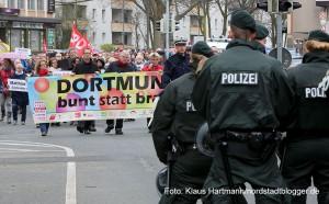 Der Arbeitskreis gegen Rechtsextremismus gedachte in seinem Marsch der Toten durch Rechte Gewalt. Symbolisch für die fünf Dortmunder Toten wurden fünf Särge getragen. Der ZUg kam dem Naziaufmarsch an der Saarlandstraße sehr nahe