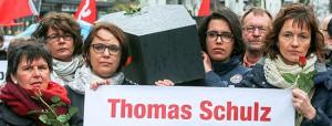 Der Arbeitskreis gegen Rechtsextremismus gedachte in seinem Marsch der Toten durch Rechte Gewalt. Symbolisch für die fünf Dortmunder Toten wurden fünf Särge getragen. Die Demonstrationteilnehmer tragen Särge, symbolisch für die Dortmunder Opfer