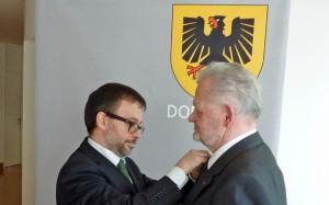 """Botschaftsrat Emmanuel Suard würdigte das """"seltene Engagement"""" von Asshoff."""