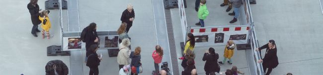 """Kunst mit Leckerlis und mit bis zu einem Meter Höhe – """"Ausstellung für Tiere"""" eröffnet auf dem U-Vorplatz"""