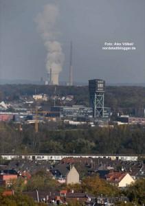Der Blick über Eving mit dem Hammerkopfturm  bis zum Steag-Kraftwerk in Lünen-Brambauer.