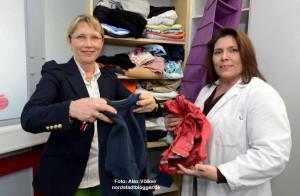 Renate Breidenbach und Sevic Mir Jahan präsentieren die kleine Kleiderkammer.