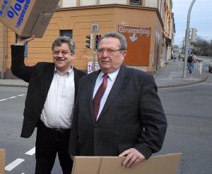 Manfred Krüger-Sandkamp und Ulrich Krüger brachten den Nazis die Umzugskisten als Mahnung vorbei.