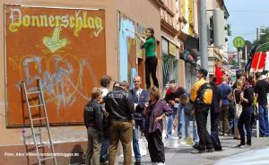 Das leerstehende Donnerschlag-Lokal wurde in Absprache mit dem Eigentümer von Antifaschisten umgestaltet.