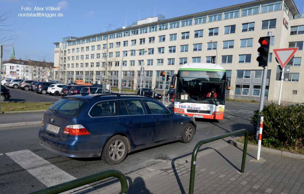 Der BMW konnte es wegen des Rückstaus vor der Ampel in der Steinstraße nicht mehr abbiegen und steht nun dem Bus im Weg.