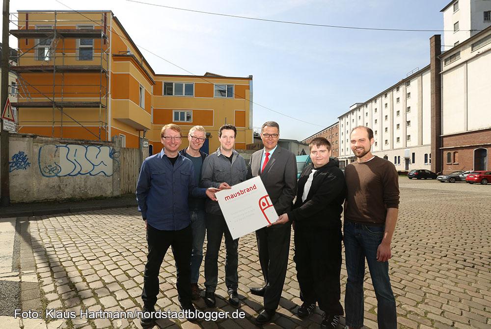 IT-Unternehmen Mausbrand siedelt sich an der Speicherstraße an. Die jungen Unternehmer stehen mit Wirtschaftsförderer Thomas Westphal, 3. v. rechts, in der Speicherstraße