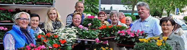 Zum Start in die Balkon-Saison in der Nordstadt: Blumen für DOGEWO21-Mieter an der Heiligegartenstraße