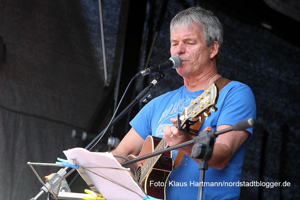 Fest zum Tag der Befreiung vor 70 Jahren auf der Münsterstraße. Fred Ape singt seinen neuen Song