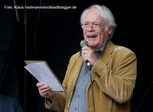 Fest zum Tag der Befreiung vor 70 Jahren auf der Münsterstraße. Schauspieler Andreas Weißert liest Gedichte von Ernst Jandl