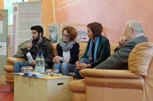Zana Yekta (li.), Sprecher des Jugendforums, moderierte die Veranstaltung.