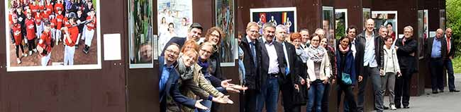 """Die Ausstellung """"Wir: Echt Nordstadt – 106 Gruppenporträts"""" ist bis Herbst im Fredenbaumpark zu sehen"""