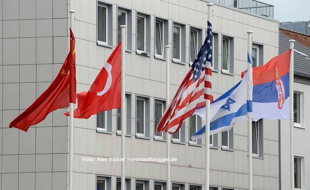 Die Länderfahnen von allen Dortmunder Partnerstädten wehen vor dem Rathaus.