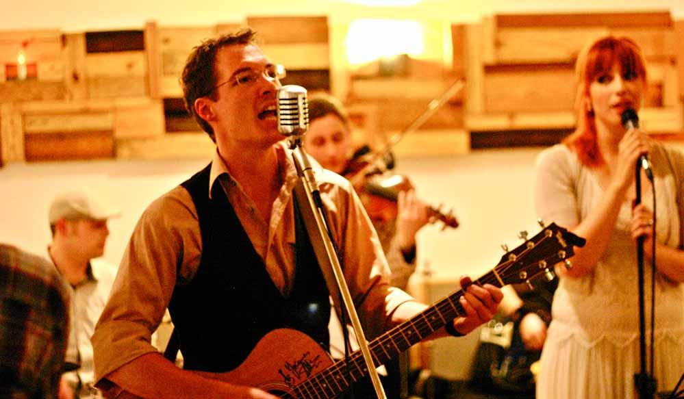 """Beim Musik-Stammtisch """"Live on Stage"""" ist der Dortmunder Singer-Songwriter Dan Hose."""