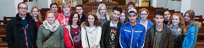 Schüler des Helene-Lange-Gymnasiums besuchen mit jungen Flüchtlingen aus Syrien und dem Irak die Borussiakirche
