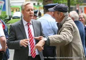Rundgang mit Polizeipräsident Lange durch die Nordstadt. Gregor Lange im Gespräch mit Nordmarktbesucher