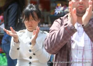 17. Münsterstraßenfest des Integrationsrates. Falon Gong-Aktivisten praktizieren ihre Übungen