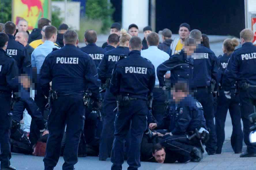 Insgesamt für Neonazis kamen zur Durchsetzung von Platzverweisen und wegen versuchter Gefangenenbefreiung in Polizeigewahrsam.