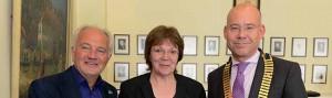 Gisela Schultebraucks-Burgkart bekam den Preis von Dr. Carsten Jaeger (re.) und Ubbo de Boer überreicht.