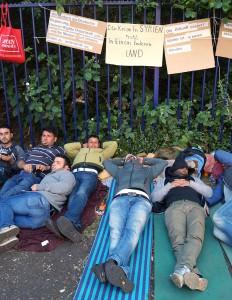 Syrische Flüchtlinge demonstrieren vor der Bundesanstalt für Migration und Flüchtlinge (BaMF) in Huckarde. Foto: Gerd Pfisterer