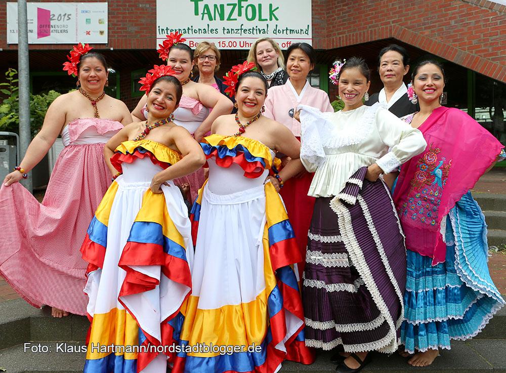 Tanzfolk 2015. Internationales Tanzfestival Dortmund. Tänzerinnen der Gruppen: Etnia y Folclor, Kolumbien, DA-SSI-RA-GI, Korea und Color Perú, Peru. Hinten: Thekla Bichler und Isabel Pfarre, DKH