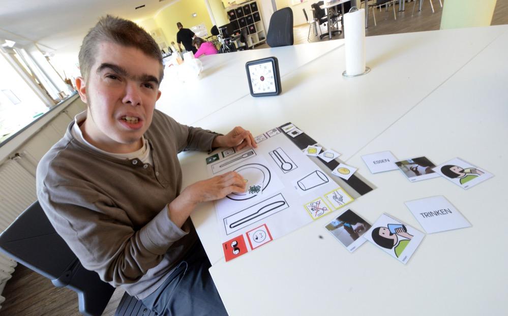 Im Büro für assistierte Kommunikation werden Lernhilfen für Behinderte entwickelt.