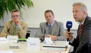 Bundesinnenminister Thomas de Maizière (CDU), der CDU-Abgeordnete Thomas Hoffmann und Polizeipräsident Gregor Lange beschäftigten sich in Dortmund mit dem Thema Rechtsextremismus.