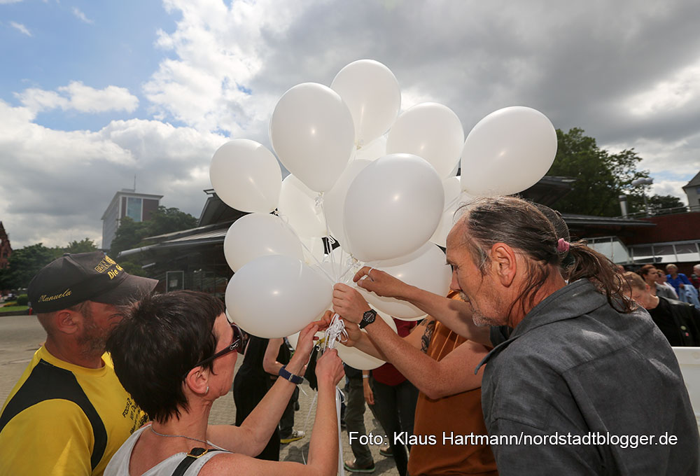 Nationaler Gedenktag für die verstorbenen Drogenabhängigen im Stadtgarten. Auf Luftballonen schrieben Angehörige und Süchtige die namen der Toten