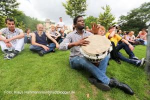Nationaler Gedenktag für die verstorbenen Drogenabhängigen im Stadtgarten. Zwischen den wortbeiträgen sorgte ein Trommler für musikalische Auflockerung