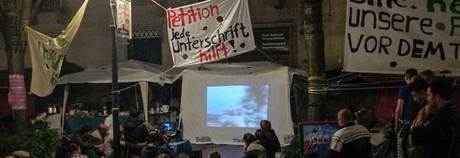 Bedrückendes Sommernachtskino: Syrische Flüchtlinge zeigen im Protestcamp ihren Film über den Verlust der Heimat