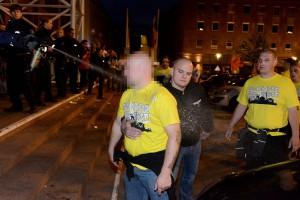 Die Polizei sah sich genötigt, den Neonazi in einer anderen Situation mit Pfefferspray zu stoppen.