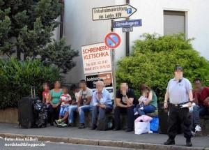 Die Glückaufsegenstraße ist geschlossen - die gestrandeten Flüchtlinge werden abgewiesen.