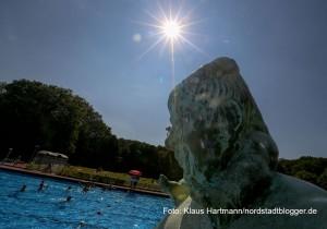 Sommertag im Freibad Stockheide. Die strahlende Sonne über Neptuns Kopf