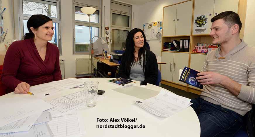 Monika Neise (links) betreut die Vormünder. Sie musste ihre Stunden reduzieren und arbeitet stattdessen in der Asylverfahrensberatung. Foto: Alex Völkel