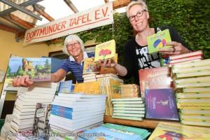 Spende von Kinder- und Jugendbüchern für den Nachwuchs der Kunden der Dortmunder Tafel. V. l.: Edeltraud Häger, Filialleiterin Tafel Haydnstraße und Uta Koball von der Buchhandlung Litfass