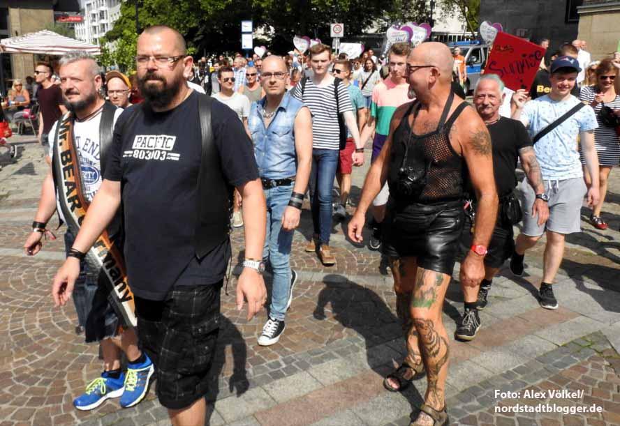 Beim CSD gehen Schwule, Lesben, Bisexuelle und Transidenten auf die Straße, um aufzuklären und für ihre Rechte einzutreten. Foto: Alex Völkel