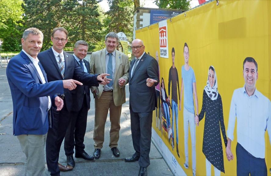 Dortmund wohnt bunt: Johannes Hessel (gws-Wohnen), Franz-Bernd Große-Wilde (Spar- und Bauverein), Thomas Schwarzenbacher (LEG Wohnen), Martin Püschel (Vivawest Wohnen) und Klaus Graniki (Dogewo21) - von links - präsentierten  die gemeinsame Kampagne. Foto: Joachim vom Brocke