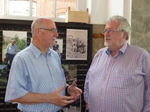 Götz Kalthoff, stellvertretender Vorsitzender des Vereins Hoesch-Museum im Gespräch mit Ausstellungskurator Wilfried Kruse.