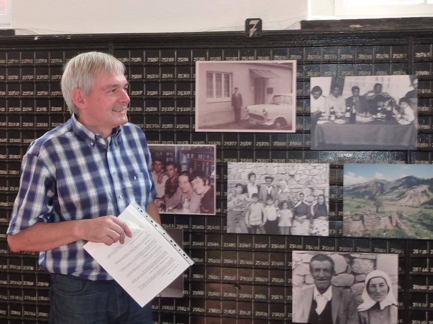 Michael Dückershoff, Kurator des Hoesch-Museums, vor einer Wand mit Fotos der Familie Kosan.