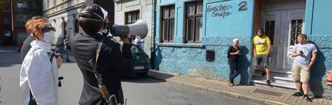 Kunst gegen Nazis: Aktionskünstler machen irritierte Rechtsextremisten in Dorstfeld zu unfreiwilligen Statisten