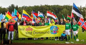 10 Jahre Fußballspiel der Religionen, Hoeschpark Fahnenlauf, Gruppe Harimon, Eröffnungsrede OB Sierau Foto: Ruediger Barz