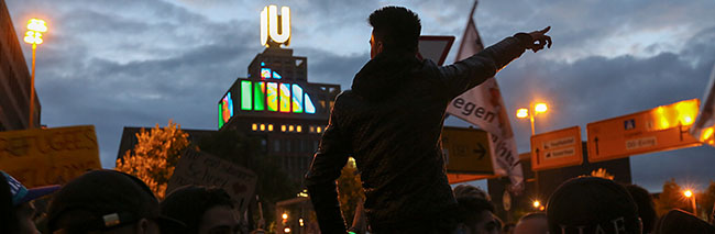 Refugees Welcome: Großer Protest gegen Neonazis in Zeiten der Ankunft von Flüchtlingen in Dortmund