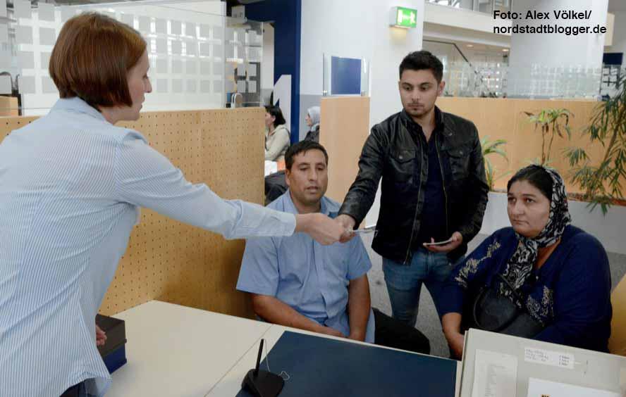 Christina Runge im Gespräch mit Klienten am Schalter der Bürgerdienste im Stadthaus.