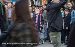 Demonstration am 26. September: Solidarität mit ALLEN Geflüchteten, Refugees Welcome Dortmund. Zwischendurch geriet der Strom der Konsumenten auf dem Ostenhellweg ins Stocken