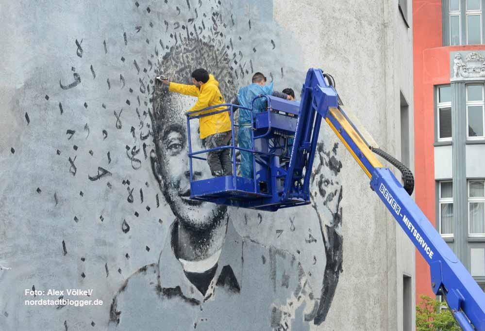 Yazan Halwani arbeitet mit Schülern der Anne-Frank-Gesamtschule an dem Bild von Fares Al-Khodor.