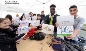 Übungen in arabischer Kalligraphie gehören zum Workshop mit den Schülerinnen und Schülern der Anne-Frank-Gesamtschule.