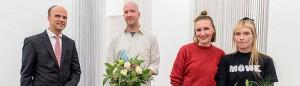 Preisverleihung: Peter Flosbach (DEW21), Julius Stahl, Stella Rossié und Nicola Gördes und vor dem Werk von Julius Stahl. ( v.l.n.r.)